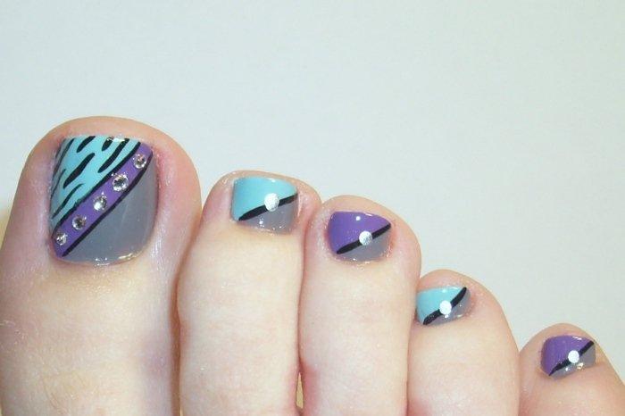 nail-art-orteil-bleu-mauve-strass