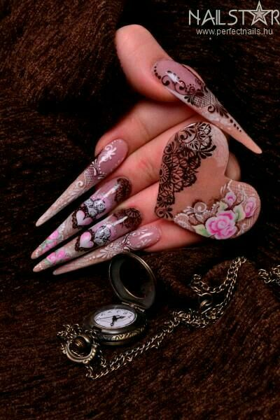 ongles stiletto coeurs roses