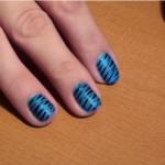 Nail art effet zèbre bleu et noir