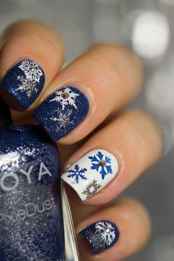 nail art flocon de neige bleu foncé